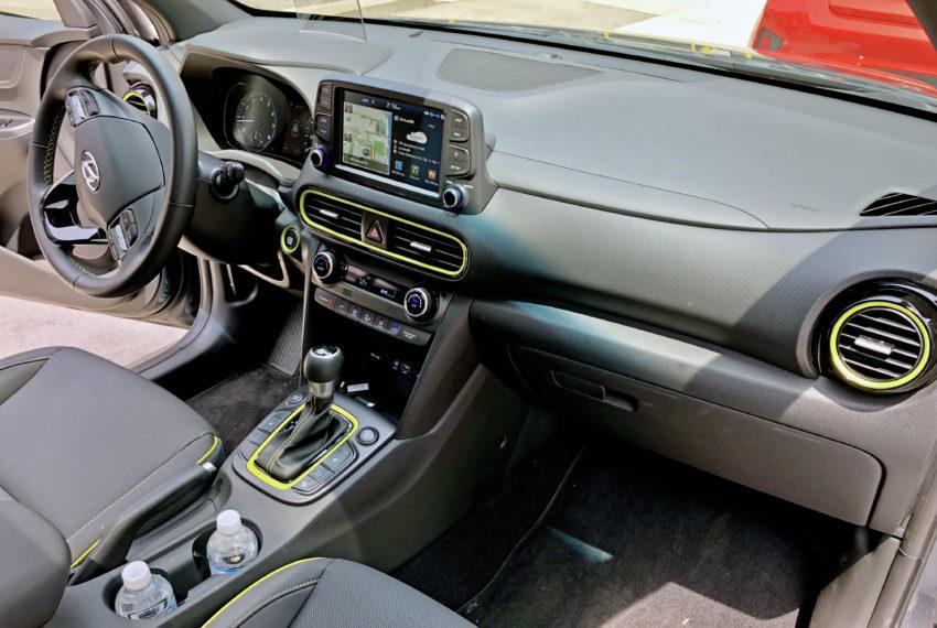Un área espaciosa para los asientos delanteros con controles de fácil acceso y detalles en color lima opcionales.